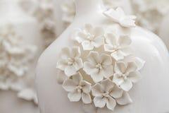 Vasos brancos decorativos diferentes no fundo de Brown Imagens de Stock Royalty Free