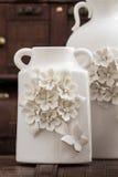 Vasos brancos decorativos diferentes no fundo de Brown Imagem de Stock
