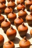 Vasos da argila mantidos para a secagem Foto de Stock