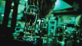 Vasos de cerveza en la barra Día del ` s de St Patrick imagen de archivo libre de regalías