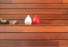 Vasos de flor na prateleira de madeira Foto de Stock Royalty Free