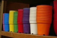 Vasos de flores - potenciômetros de flor plásticos Imagem de Stock