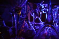 Vasos de medida abstractos para martini que se coloca en la barra Foto de archivo libre de regalías