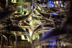 Vasos de medida abstractos que se colocan en la barra Foto de archivo libre de regalías