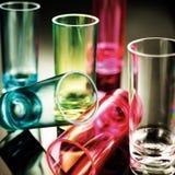 Vasos de medida coloreados imágenes de archivo libres de regalías