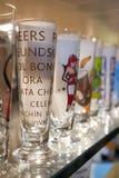 Vasos de medida de los vidrios de consumición en estante de una tienda Foto de archivo