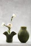 Vasos e flores decorativos Imagens de Stock