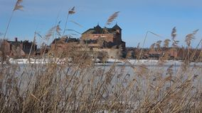Vass på bakgrunden av den forntida fästningen Hameenlinna Finland stock video