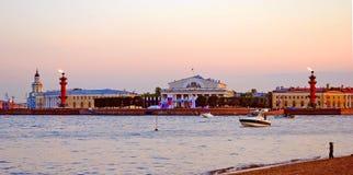 Белые ночи в Санкт-Петербурге Взгляд стрелки острова Vassily Стоковые Фотографии RF