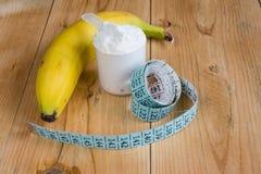 Vasslaprotein med att mäta bandet och bananen Arkivbilder