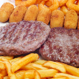Vassoio combinato spagnolo con gli hamburger, le crocchette, i calamares ed il franco immagini stock libere da diritti
