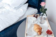 Vassoio con la prima colazione sulla tavola vicino al letto Fotografia Stock Libera da Diritti