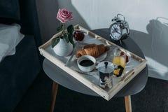 Vassoio con la prima colazione sulla tavola vicino al letto Fotografia Stock