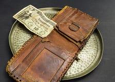 Vassoio d'annata del peltro con il portafoglio ed i soldi Immagini Stock Libere da Diritti