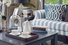 Vassoio decorativo di tazza di tè sulla tavola di legno in salone di lusso fotografie stock
