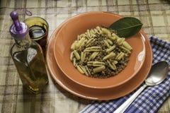 Vassoio degli gnocchi della pasta con le lenticchie Immagine Stock