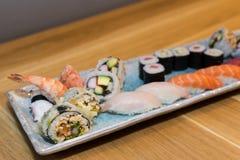 Vassoio dei sushi sulla tavola Fotografia Stock Libera da Diritti