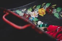 Vassoio del ferro con le maniglie e le bagattelle rosse di Natale fotografia stock libera da diritti