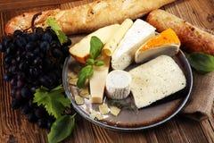 Vassoio del formaggio con formaggio differente sul piatto rustico Fotografia Stock