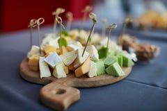 Vassoio del formaggio, ordinato con i dadi ed il miele Fotografia Stock Libera da Diritti