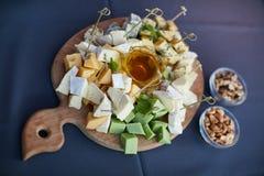 Vassoio del formaggio, ordinato con i dadi ed il miele Fotografie Stock Libere da Diritti