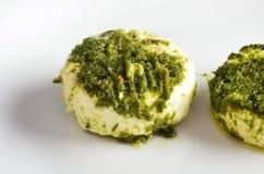 Vassoio del formaggio, varietà di formaggi di Piemonte Italia, salsa verde fotografie stock