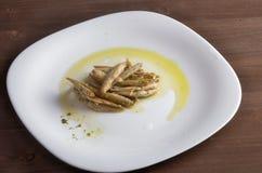 Vassoio del formaggio, varietà di formaggi di Piemonte Italia, salsa verde fotografie stock libere da diritti