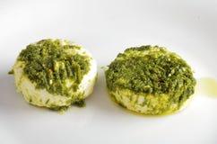 Vassoio del formaggio, varietà di formaggi di Piemonte Italia, salsa verde immagine stock