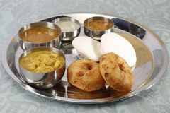 Vassoio del sud dell'alimento - kulcha di aloo e chutney della noce di cocco e del sambar Fotografia Stock