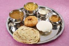 Vassoio del sud dell'alimento - kulcha di aloo e chutney della noce di cocco e del sambar Fotografie Stock