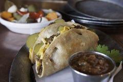 Vassoio del taco con salsa & le verdure Immagine Stock Libera da Diritti