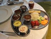 Vassoio dell'alimento con la verdura, il riso, l'insalata, il limone, i rotoli, il peperoncino rosso verde ecc immagine stock
