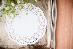 Vassoio dell'annata, tovagliolo bianco e fiori Immagine Stock