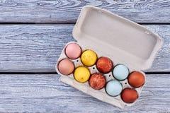 Vassoio dell'uovo di Pasqua, fondo di legno Fotografia Stock Libera da Diritti