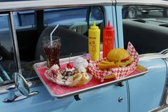 Vassoio della cena sulla vecchia automobile Fotografie Stock Libere da Diritti