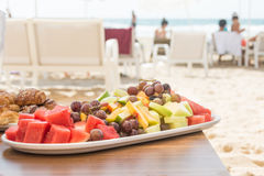 Vassoio della frutta fresca sulla spiaggia Immagini Stock Libere da Diritti