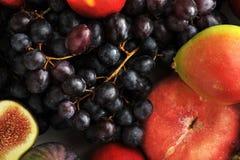 Vassoio della frutta - uva, pesche, pere, ciliege Immagine Stock