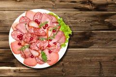 Vassoio della salsiccia sulla tavola Immagine Stock