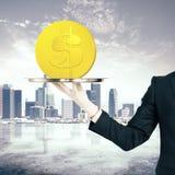 Vassoio della tenuta della mano con la moneta del dollaro Fotografie Stock