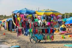 Vassoio di acquisto con i vestiti di nuoto sulla spiaggia Vada, Italia Fotografia Stock Libera da Diritti
