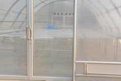vassoio di alluminio nella serra dell'essiccatore del sole per il prodotto alimentare di secchezza Fotografie Stock