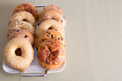 Vassoio di bagel disposti su una Tabella con lo spazio della copia Fotografie Stock