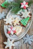 Vassoio di biscotti di Natale e di rami attillati Immagine Stock