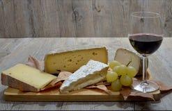 Vassoio di formaggio francese differente immagini stock libere da diritti