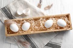 Vassoio di legno con le uova fotografia stock libera da diritti