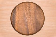 Vassoio di legno sul fondo della tavola Fotografie Stock Libere da Diritti