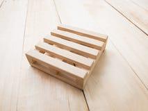 Vassoio di legno sul fondo di legno di struttura (lato) Immagine Stock Libera da Diritti