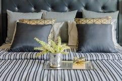 Vassoio di libro con il vaso della pianta sul letto in camera da letto di lusso Fotografia Stock Libera da Diritti