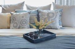 Vassoio di vaso di vetro e della tazza della pianta sul letto Fotografia Stock Libera da Diritti