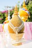 Vassoio dorato con il piedistallo nell'occasione tailandese di cerimonia Immagini Stock